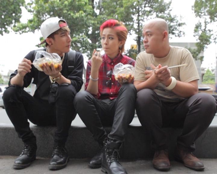 2 khách mời và Alain Nghĩa cùng thưởng thức món bánh tráng trộn