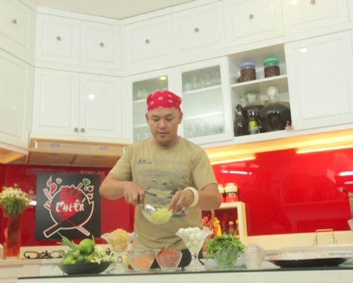 Sau đó Alain Nghĩa hướng dẫn các bước để làm món bánh tráng trộn chua ngọt và bánh tráng trộn bơ.