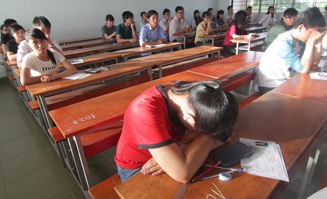 Trong khi đó, cũng có em mệt mỏi, tranh thủ chợp mắt chờ phát giấy thi, giấy nháp. Ảnh: Như Quỳnh.