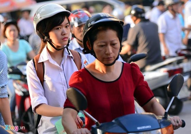 6h ngày 9/7, cổng trường ĐH Hà Nội đã có rất nhiều phụ huynh đưa con đến trường thi. Các sinh viên tình nguyện cho biết nhiều sĩ tử đã có mặt tại phòng thi trước 5h30. Ảnh: Tuấn Mark.