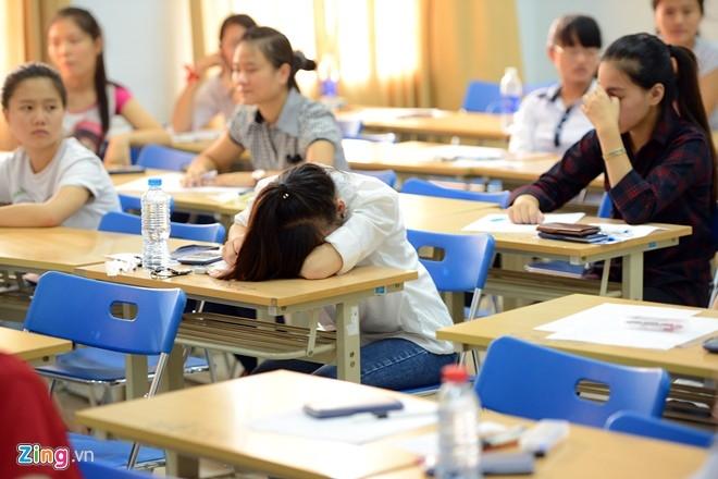 Nhiều thí sinh vừa trải qua kỳ thi đại học đợt 1 nên tỏ ra khá mệt mỏi, ngủ gục trong thời gian chờ đợi. Ảnh: Tuấn Mark.