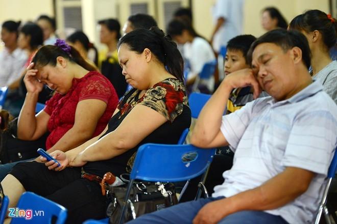 Trong hội trường của ĐH Hà Nội, nhiều phụ huynh mệt mỏi, tạm chợp mắt trong thời gian chờ con. Ảnh: Tuấn Mark.