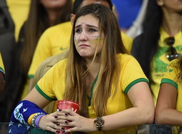CĐV của Brazil rơi lệ khi chứng kiến đội nhà thua bạc nhược trước cỗ xe tăng Đức.