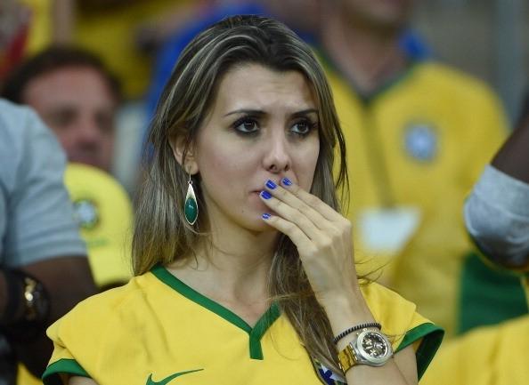 Phần lớn người hâm mộ có mặt trên sân Estadio Mineirao rơi lệ khi đội nhà thua trận.