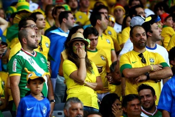 Một CĐV Brazil vẫn chưa thể rời sân sau thất bại đau đớn của thầy trò HLV Scolari.