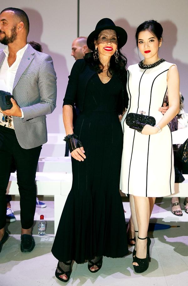 Đặc biệt, lần này, Lý Nhã Kỳ có dịp hội ngộ với nữ tỉ phú nổi tiếng thế giới vì nghiện đồ haute couture, bà Mouna Ayoub. - Tin sao Viet - Tin tuc sao Viet - Scandal sao Viet - Tin tuc cua Sao - Tin cua Sao