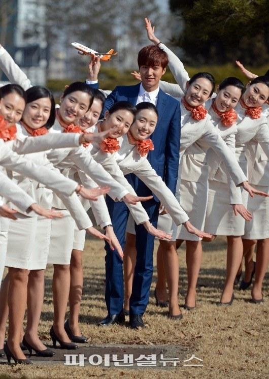 """Lee Min Ho không hề """"lép vế"""" trước dàn nữ tiếp viên hàng không xinh đẹp"""