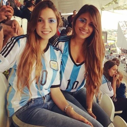 [Bóng Đá] Fan nữ ăn mừng chiến thắng của Argentina