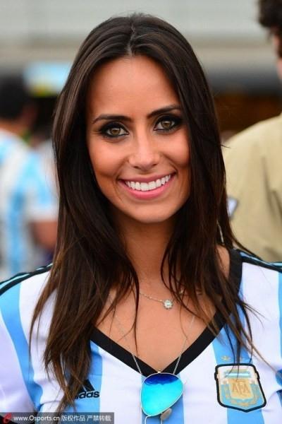 Những nữ cổ động viên xinh đẹp và cuồng nhiệt của Argentina.
