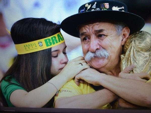 CĐV Brasil tặng cúp vô địch cho fan Đức: Các bạn hoàn toàn xứng đáng