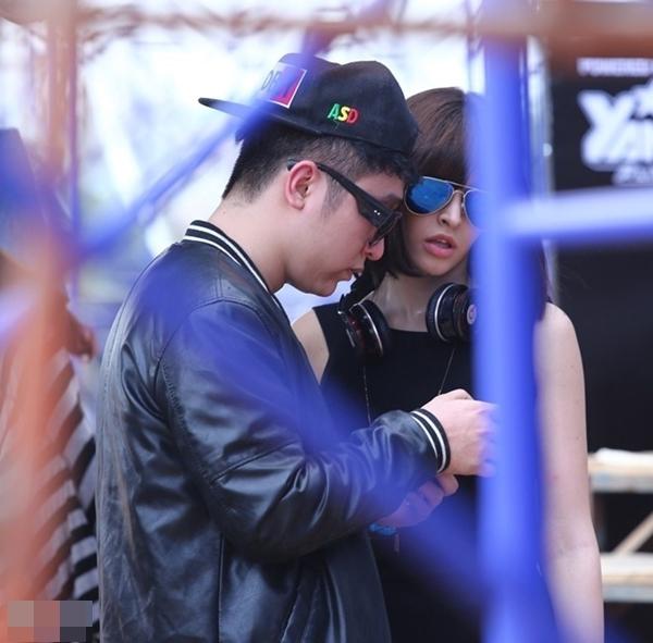 Andrea xuất hiện trong hậu trường của một lễ hội âm nhạc để cỗ vũ cho bạn trai Yanbi.