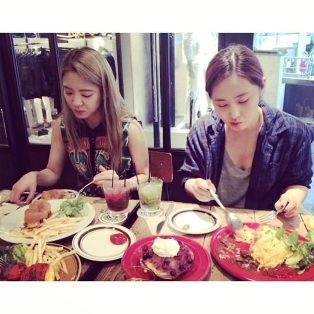 Hyoyeon khoe hình dùng bữa cùng Yuri tại Tokyo