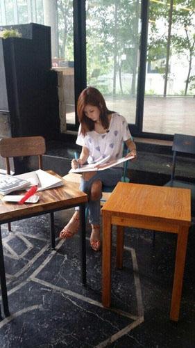 Jung-A (After School) khoe hình chăm chỉ làm việc