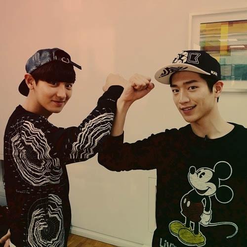 """Chanyeol khoe hình """"đối đầu"""" với Seo Kang Joon trong chương trình Roommate"""