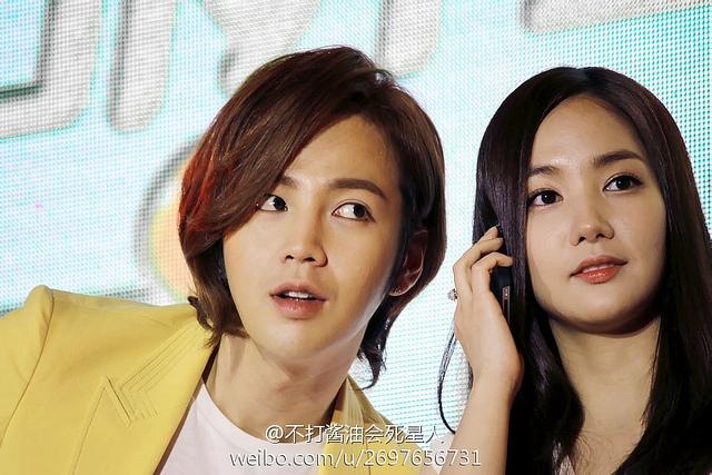Cùng nhau hợp tác trong mẩu quảng cáo nước uống tại Trung Quốc nhưng cặp đôi Jang Geun Suk và Park Min Young nhận được rất nhiều sự ủng hộ từ các fan vì họ đều xứng đôi. Bạn nghĩ sao?