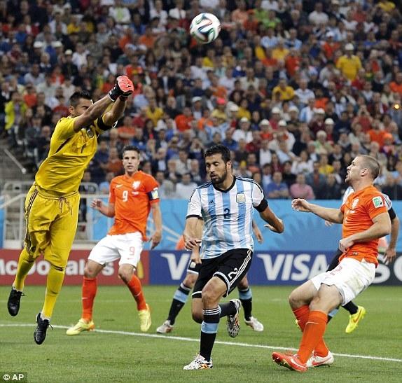 Thủ thành Romero thi đấu xuất sắc trong trận gặp Hà Lan