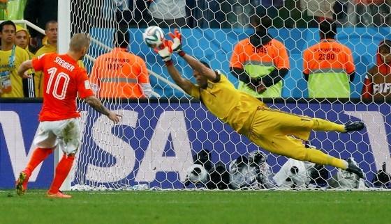 Thủ môn Romero cản phá quả sút luân lưu của Sneijder