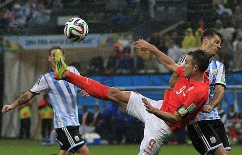 Messi và Van Persie đá tệ nhất trận theo Goal