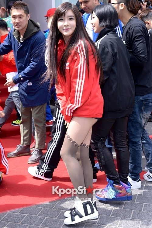 Park Bom được xem là những thần tượng có đôi chân đẹp nhất nên cô thường xuyên diện quần ngắn để khoe ưu điểm của mình