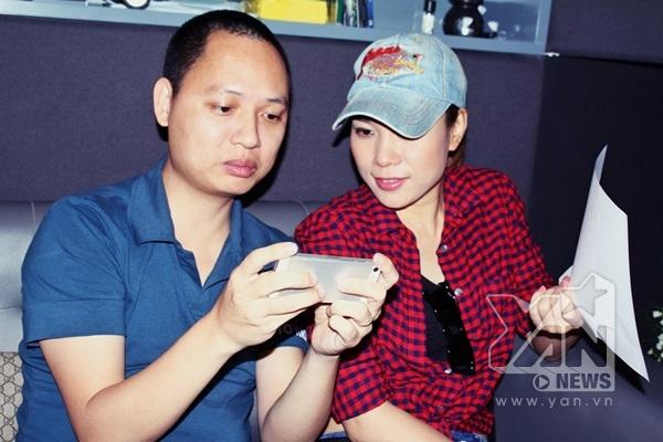 Mỹ Tâm cùng nhạc sĩ Nguyễn Hải Phong bàn luận để có bản thu tốt nhất cho ca khúc này. - Tin sao Viet - Tin tuc sao Viet - Scandal sao Viet - Tin tuc cua Sao - Tin cua Sao
