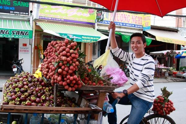 Anh đã tự tay đi mua trái cây và hoa để đến Chùa Nghệ sĩ. - Tin sao Viet - Tin tuc sao Viet - Scandal sao Viet - Tin tuc cua Sao - Tin cua Sao