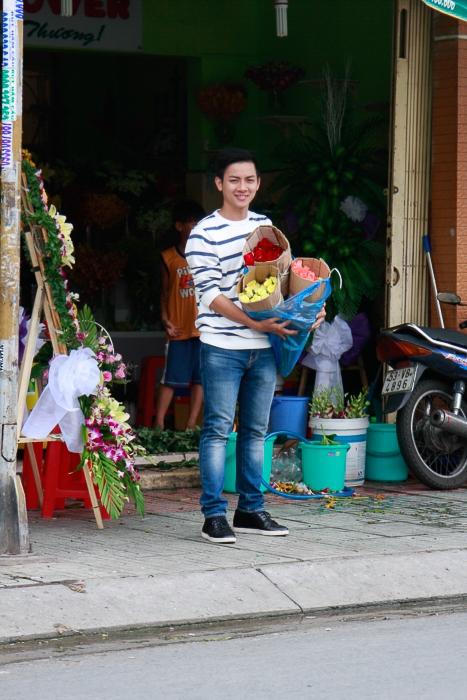 Hoài Lâm đạp xe đi bán vải trên phố? - Tin sao Viet - Tin tuc sao Viet - Scandal sao Viet - Tin tuc cua Sao - Tin cua Sao