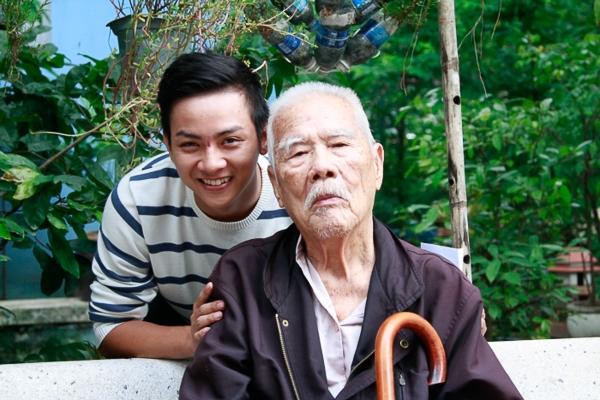 Không biết đây là lần trở lại thứ mấy của anh ca sĩ trẻ những lúc nào Hoài Lâm cũng xúc động khi được gặp những ông bá cô bác tại những nơi này - Tin sao Viet - Tin tuc sao Viet - Scandal sao Viet - Tin tuc cua Sao - Tin cua Sao