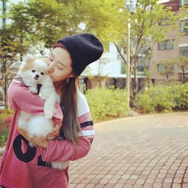 Yuri và chú cún Hani có những khoảnh khắc cực đáng yêu. Nhìn sơ qua những tấm hình có thể thấy được Yuri cưng Hani như thế nào. Trên trang cá nhân của mình, Yuri không ngần ngại chia sẻ nhiều hình ảnh dễ thương của Hani.