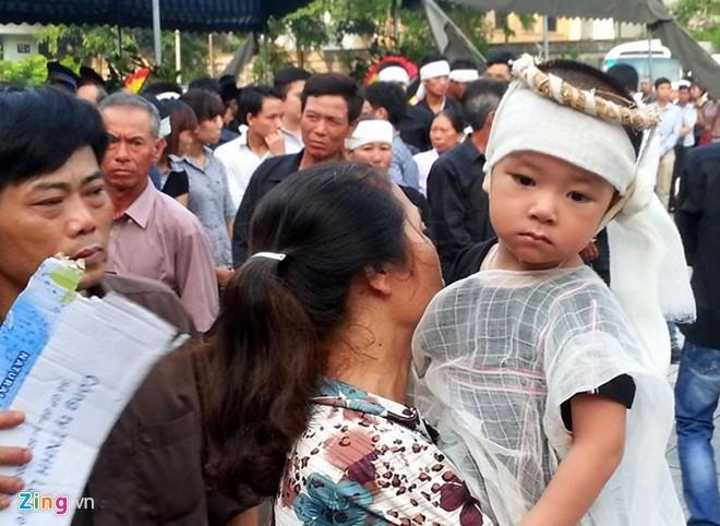 Cậu con trai 2 tuổi của chiến sĩ Chử Văn Minh. Ảnh: Mạnh Thắng