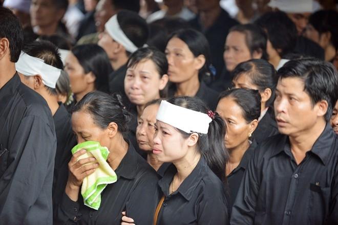 Trong sân Nhà tang lễ, người thân các chiến sĩ không kìm nổi nước mắt. Ảnh:Lê Hiếu