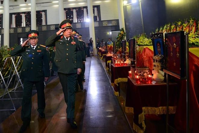 Bộ trưởng Quốc phòng Phùng Quang Thanh cùng lãnh đạo Bộ chào từ biệt các chiến sĩ.
