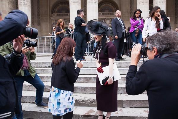 Tham dự show diễn quan trọng của Chanel, Lý Nhã Kỳ diện chiếc đầm hiệu Dice Kayek màu đỏ booc đô rất thanh lịch với điểm nhấn ở hai tay phồng kiểu cách duyên dáng, làm tôn lên phong thái tao nhã, nhẹ nhàng. - Tin sao Viet - Tin tuc sao Viet - Scandal sao Viet - Tin tuc cua Sao - Tin cua Sao