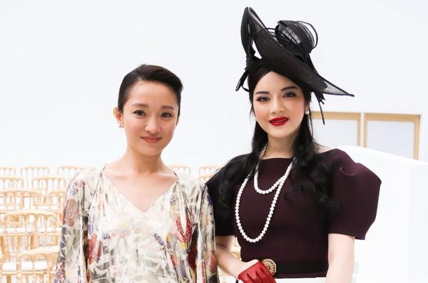 Đến giờ, Lý Nhã Kỳ đã là gương mặt thân thuộc của show diễn Chanel, cô cũng gặp lại diễn viên Châu Tấn và cả hai bày tỏ vẫn lưu giữ những ấn tượng về nhau từ mùa fashion week trước. - Tin sao Viet - Tin tuc sao Viet - Scandal sao Viet - Tin tuc cua Sao - Tin cua Sao