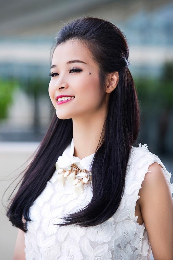 Tóc mái bới cao kết hợp với đuôi tóc xõa thẳng khoe vầng trán cao và mái tóc khỏe mạnh, thích hợp khi đi dạo phố nhẹ nhàng.
