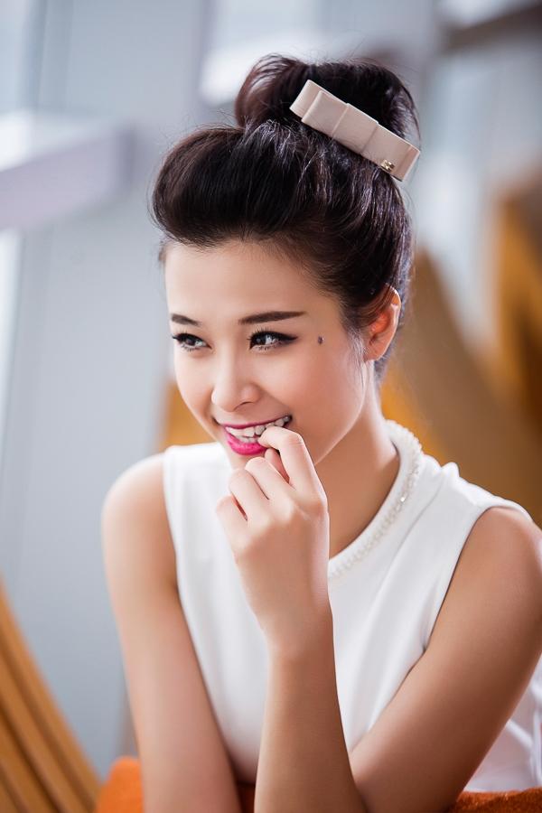Tóc bới cao đơn giản được Đông Nhi biến tấu với chiếc nơ dễ thương rất thích hợp cho những ngày có nhiều hoạt động sôi nổi.