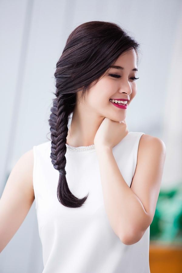 """Vốn ưa thích các kiểu tóc lệch, Đông Nhi đã biến tấu kiểu tết tóc đuôi cá rất """"hot"""" trong hè này thành style cá tính của riêng cô."""