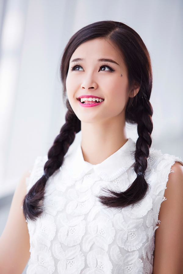 Cùng là tóc tết nhưng tóc tết bím thấp hai bên lại khiến Đông Nhi trông thật đáng yêu và nữ tính.