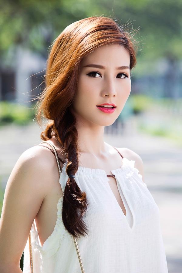 Tóc tết không chỉ giúp mái tóc dài của Diễm My trở nên gọn gàng hơn mà còn tạo điểm nhấn cho bộ đồ dạo phố đơn giản.