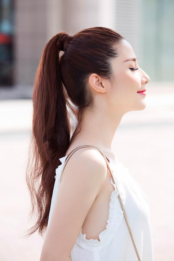 Với mái tóc bóng khỏe, Diễm My năng động trong kiểu tóc đuôi ngựa khỏe khoắn và tinh nghịch.