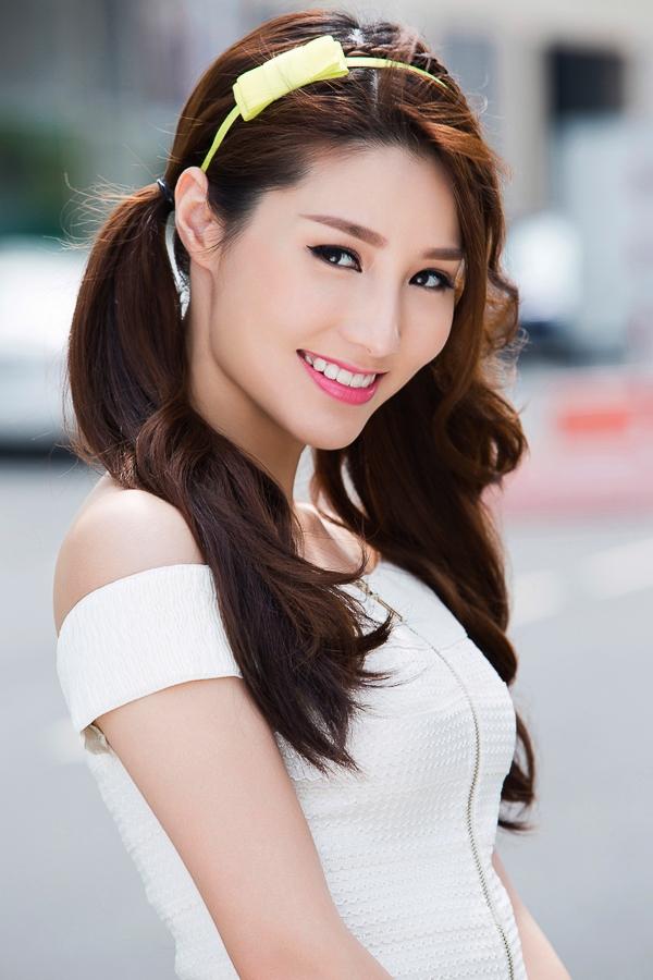 Biến hóa với kiểu cột thấp hai bên với lọn tóc xoăn nhẹ đang gây sốt của các sao Hàn