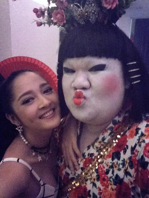 """Vô tình gặp gỡ nhau trong hậu trường của một show ca nhạc, Bảo Anh hớn hở chụp ảnh chung với cô nàng Geisha Vương Khang. Bên cạnh đó, cô còn mắc cỡ khi thân hình của mình trông khá là nhỏ bé so với """"chụy ba Nhật Bản."""""""