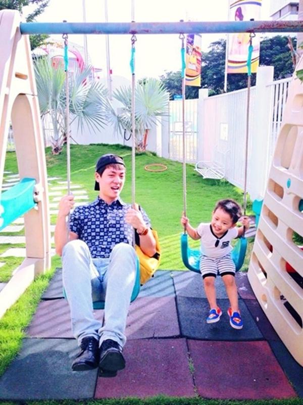 Rước con trai bé bỏng đi học về, 2 cha con Đăng Khôi tranh thủ ngồi chơi xích đu cùng nhau trông rất hạnh phúc. Bức ảnh nhanh chóng nhận được nhiều lượt like cũng như nhiều lời khen vì sự ấm áp và tràn đầy tình cảm của 2 cha con.