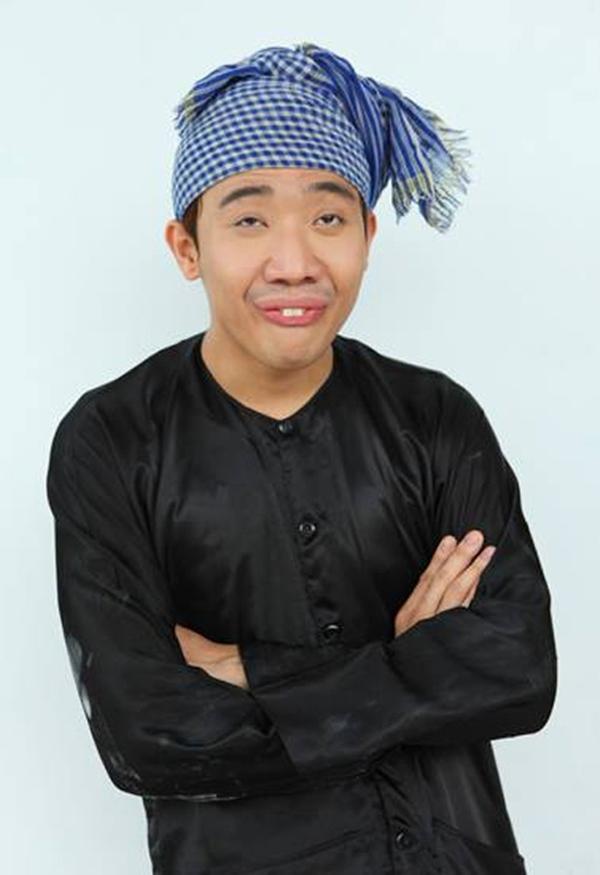 Trấn Thành vào vai một anh chàng nông dân quê kiểng với hai chiếc răng chuột hài hước.