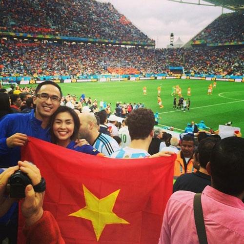 Vợ chồng Hà Tăng cười rõ tươi để chụp ảnh mà không hay họ đang căng cờ ngược