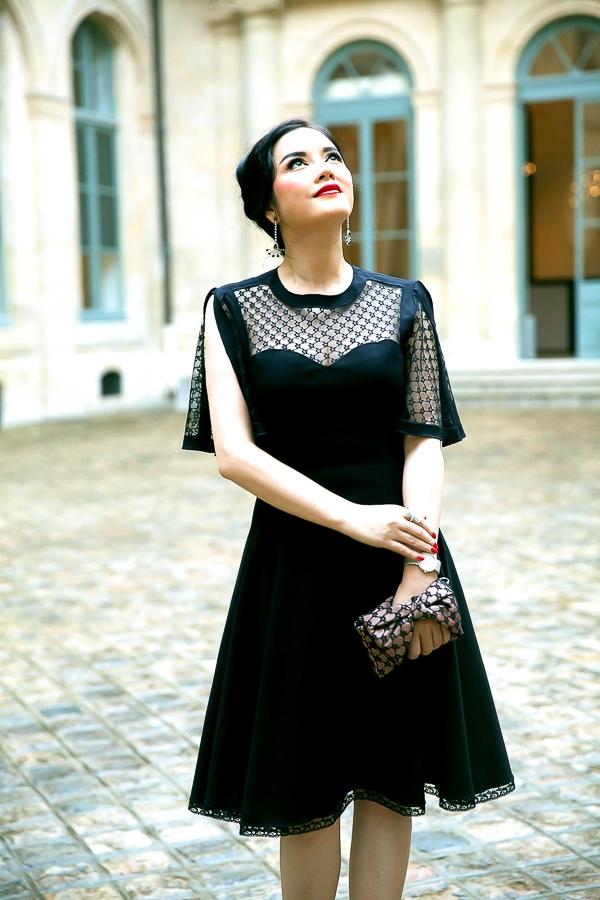 Cô diện chiếc đầm màu đen với lớp ren mỏng phủ bờ vai mềm mại, quyến rũ của thương hiệu Alexis Mabille.