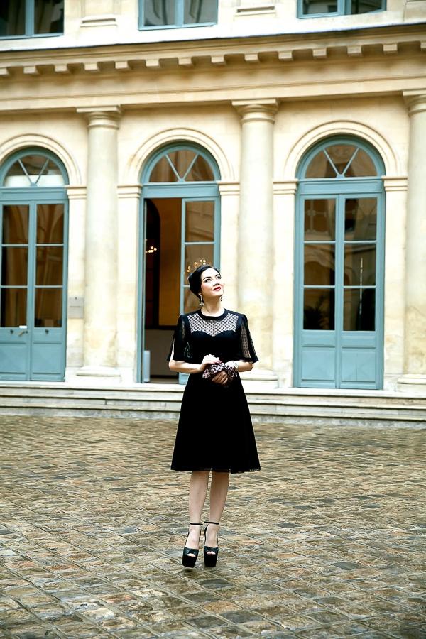 Set đồ của Lý Nhã Kỳ diện tới show Alexis Mabille vẫn theo xu hướng cổ điển mà cô ưa chuộng với phong cách trang điểm cổ điển
