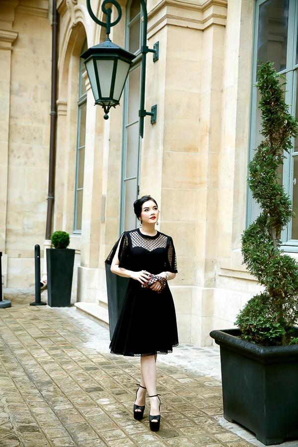 Thiết kế tinh tế, yểu điệu của bộ đầm cuốn hút hơn khi được kết hợp với bộ trang sức kim cương thương hiệu Paolo Piovan, bóp cầm tay Alexis Mabille nơ độc đáo, sành điệu cùng dòng với chiếc đầm, sang trọng.