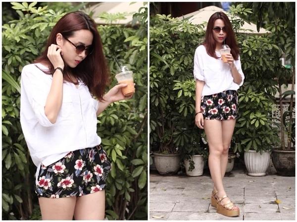 Nữ giám khảo The Voice Kids Lưu Hương Giang trông cực kì năng động và cá tính khi kết hợp áo sơ mi trắng cùng với chiếc quần short ngắn hoa nổi bật.