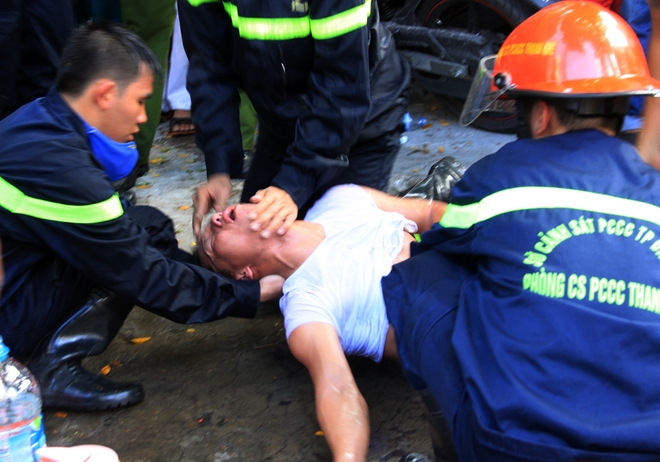 Dù được đeo mặt nạ dưỡng khí nhưng một lính cứu hỏa bị ngất xỉu và được đồng đội sơ cứu tại chỗ.