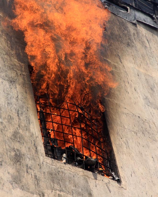 Khoảng 13h ngày 12/7, ngọn lửa phát xuất từ tầng 4 rồi lan nhanh xuống tầng 3 của tiệm mỹ phẩm số 35 đường Lý Thái Tổ (Đà Nẵng) gây cháy lớn. Khói bao trùm cả tuyến phố, công an phải chặn xe khoảng một km trên tuyến đường này. Ngọn lửa kèm những tiếng nổ lớn vang lên khiến nhiều người hoảng sợ.